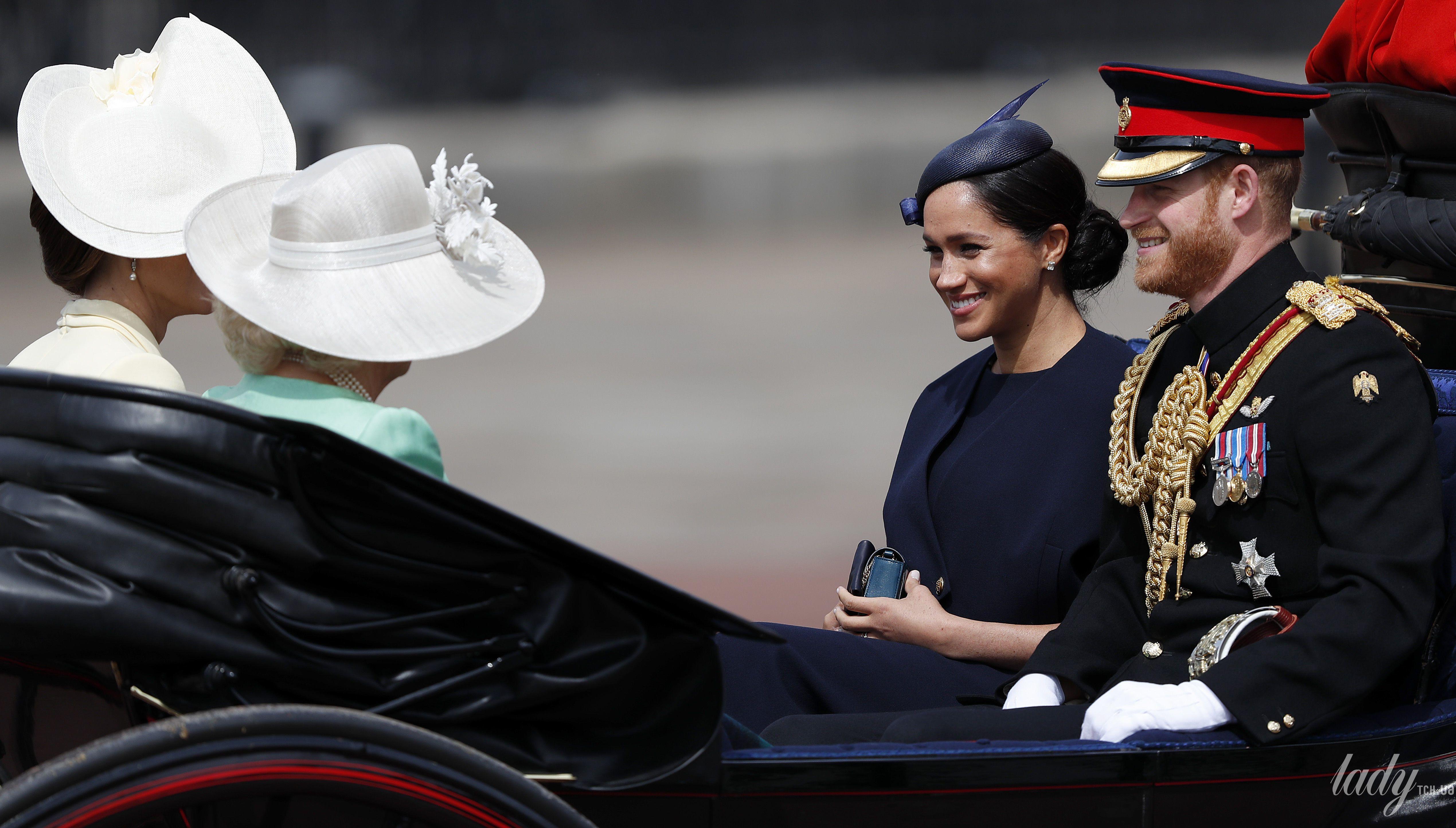 Королевская семья на параде_6