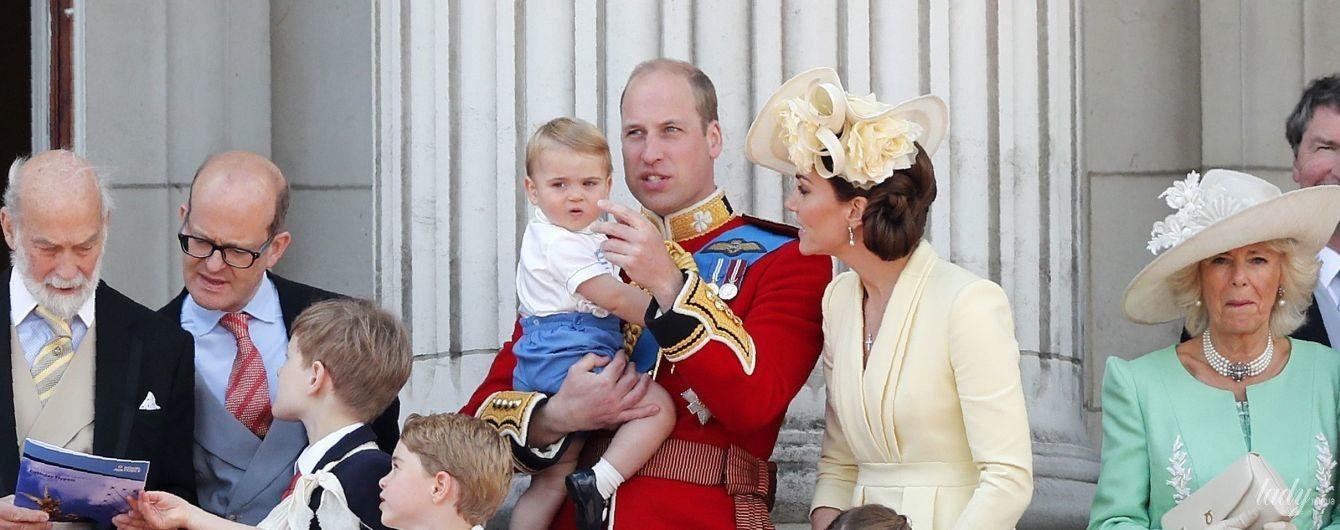 Зібралися всі разом: Кембриджі з трьома дітьми спостерігали за повітряним парадом на балконі Букінгемського палацу
