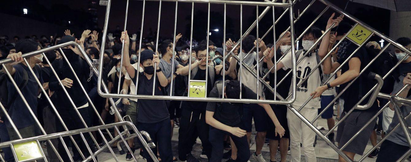 Масові протести у Гонконгу поновилися: проти мітингарів застосували  спецзасоби