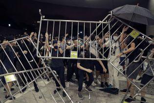 Массовые протесты в Гонконге возобновились: против митингующих применили спецсредства