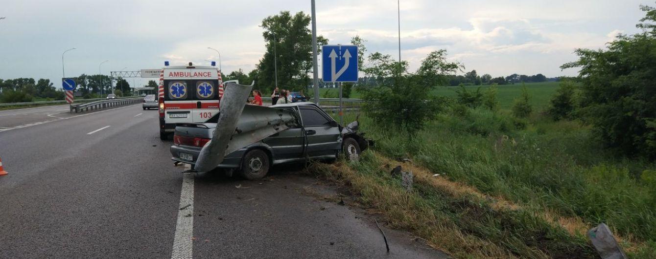 Под Киевом автомобиль врезался в отбойник: погибли мать и дочь