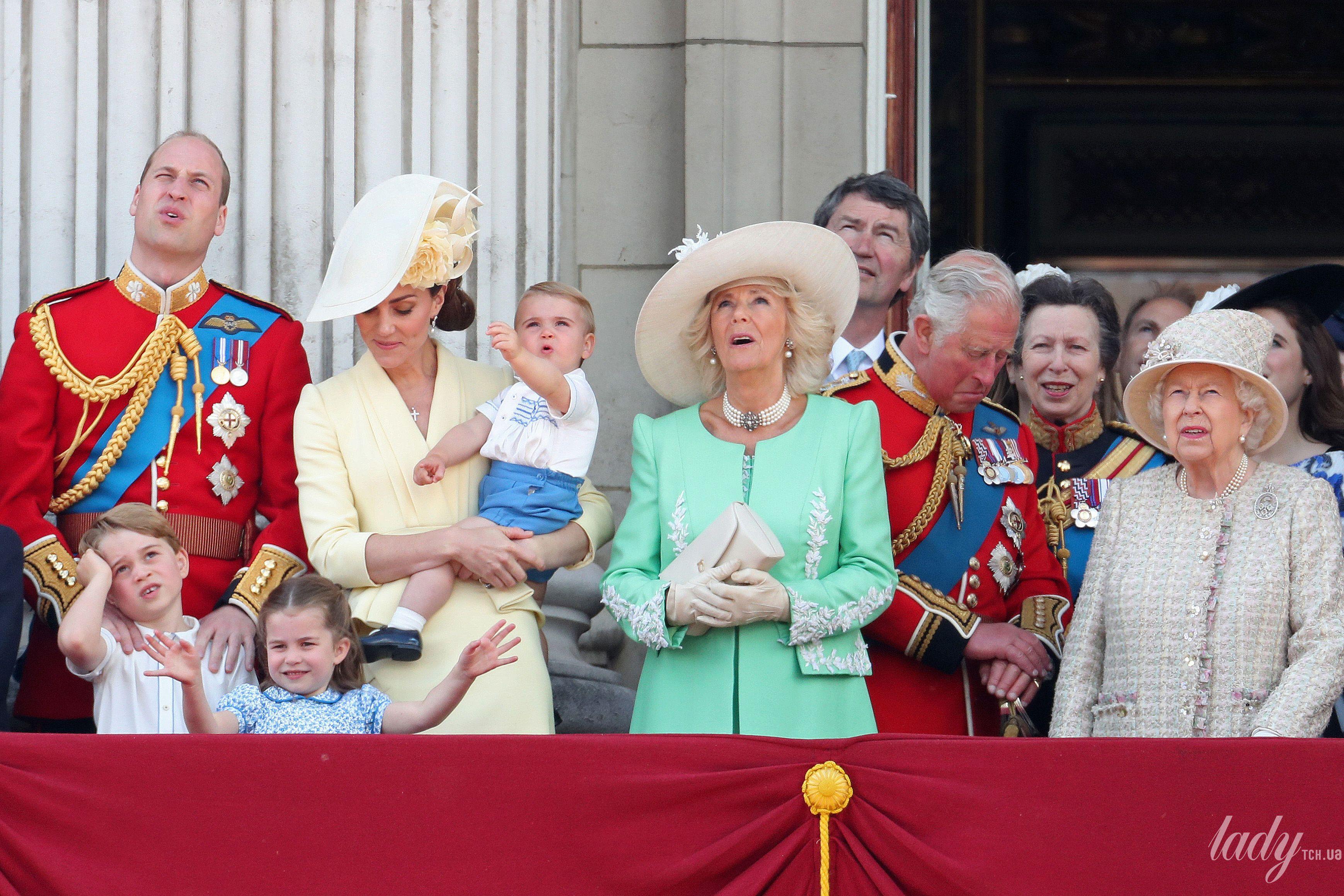 Члены британской королевской семьи на параде_6
