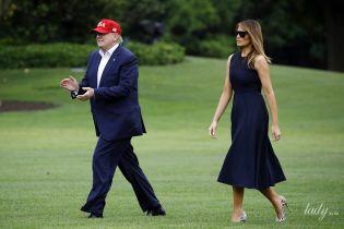 В очень ярких туфлях: Мелания Трамп вернулась домой