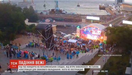 В Одессе во время концерта ветер завалил металлическую конструкцию для звукового оборудования