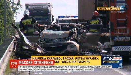 Массовая авария и покрытая дымом трасса: в Польше столкнулось семь автомобилей
