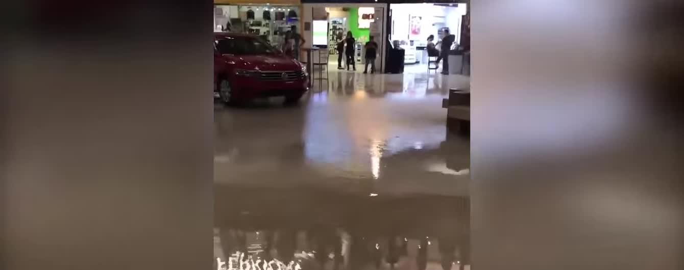 """У Мексиці музиканти зіграли тему з """"Титаніка"""" у торговому центрі, що затоплює водою"""