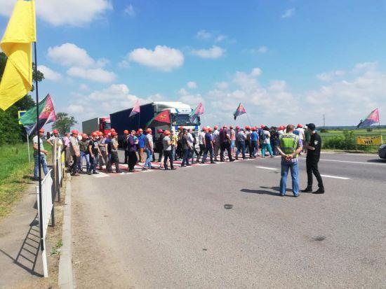 На Львівщині шахтарі перекрили трасу через борги із зарплати