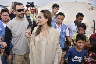 В платье-балахоне: Анджелина Джоли в скромном образе встретилась с беженцами