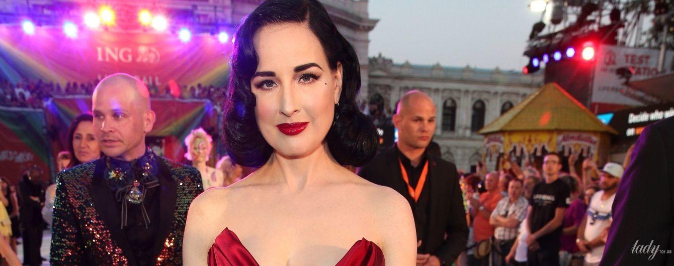 Бурлеск-дива светит декольте: Дита фон Тиз в вечернем платье пришла на бал