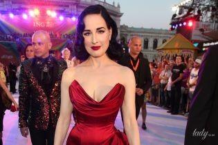 Бурлеск-діва світить декольте: Діта фон Тіз у вечірній сукні прийшла на бал