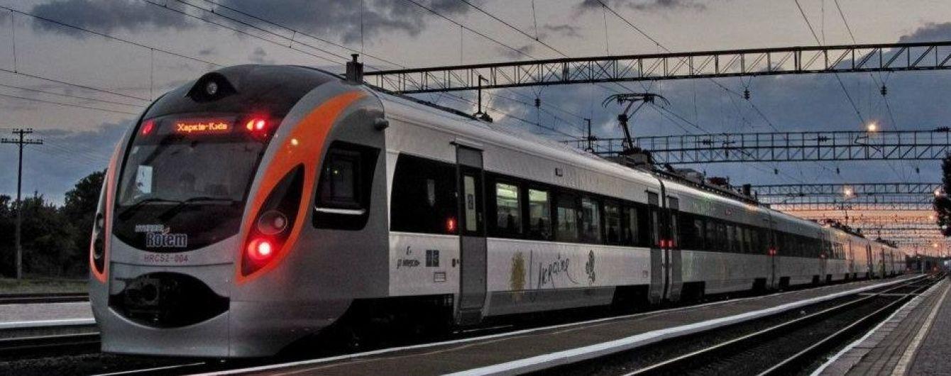 """""""Укрзалізниця"""" призначила додаткові поїзди на Трійцю та День Конституції"""