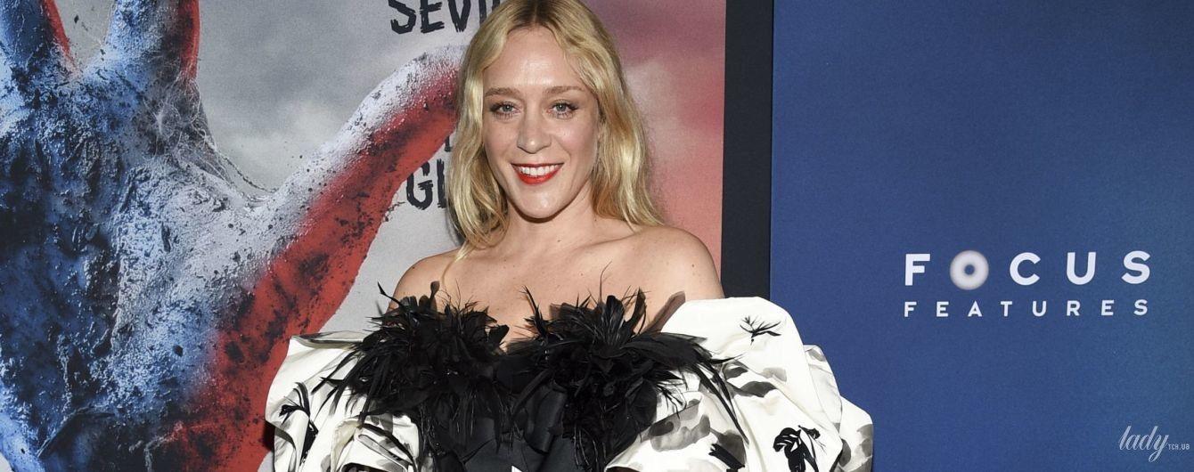 С бантом на груди и в перьях: Хлоя Севиньи в экстравагантном образе пришла на премьеру фильма