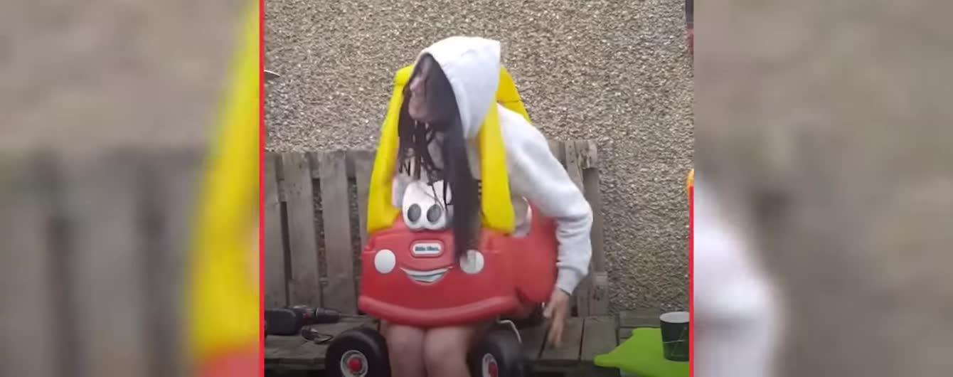 Шотландка в шутку села в детскую машинку и застряла в ней