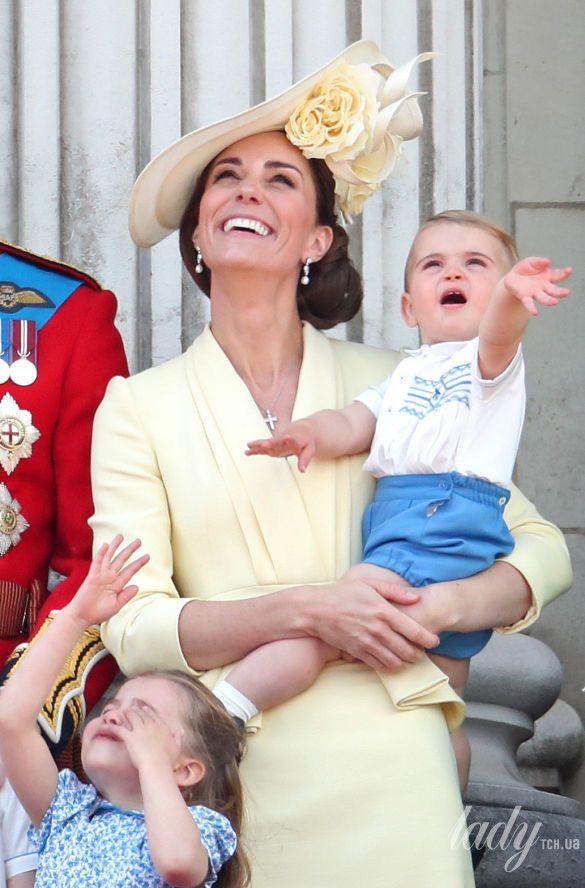 Члены британской королевской семьи на параде_5