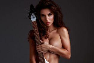 Зато красиво: обнаженная Анна Седокова прикрыла интимные места гитарой