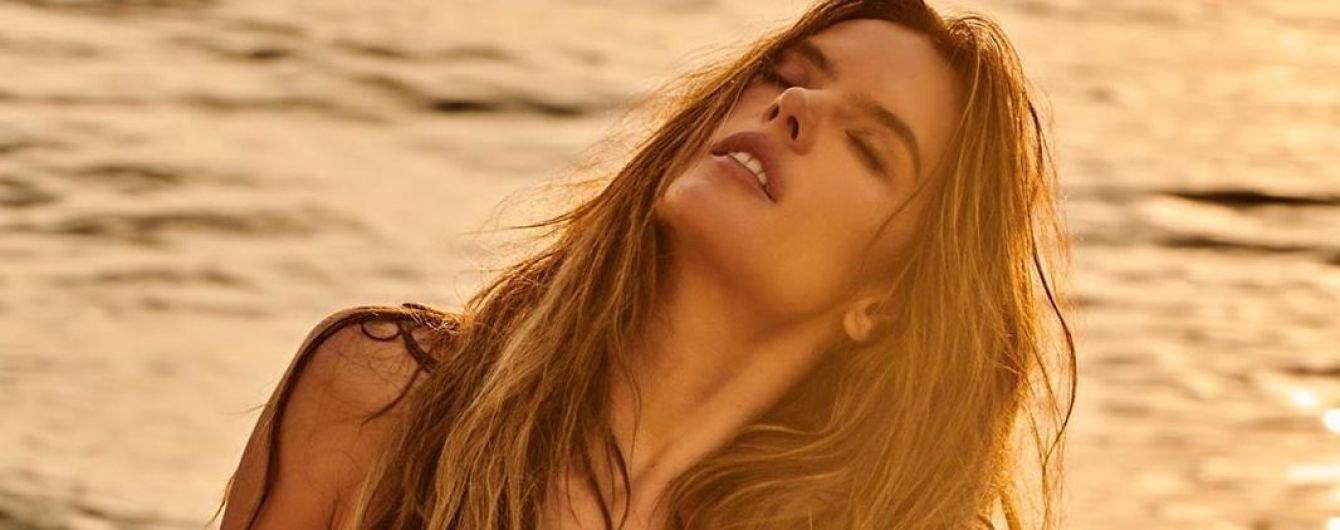 Це сексуально: Алессандра Амбросіо в красивих купальниках позувала на березі океану