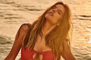 Это сексуально: Алессандра Амбросио в красивых купальниках позировала на берегу океана