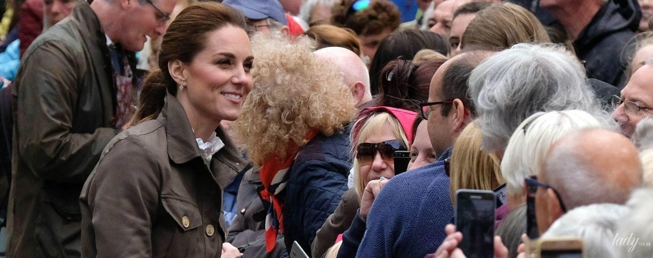 Скромно, но стильно: герцогиня Кембриджская в новом образе посетила Камбрию