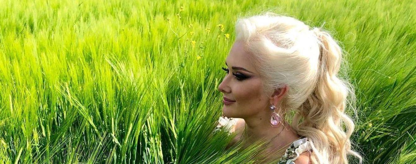 Катерина Бужинська у грайливому сарафані вляглася посеред зеленого поля