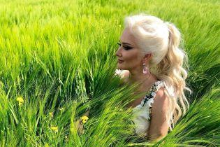 Екатерина Бужинская в игривом сарафане улеглась посреди зеленого поля