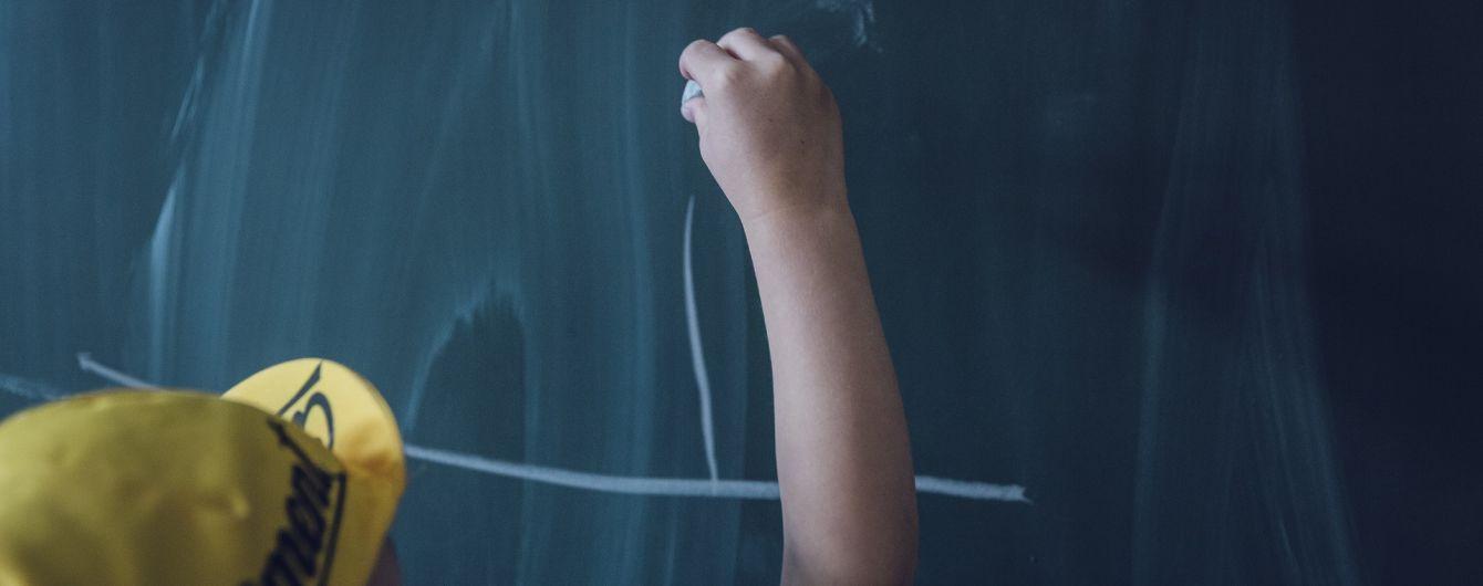 """У Росії вчителька змусила першачків писати слово """"дупа"""", щоб знайти хулігана за почерком"""