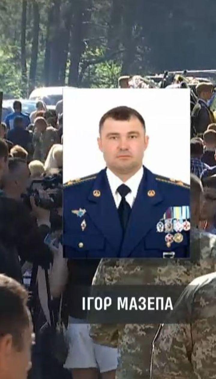 Сотні людей прийшли попрощатись із загиблими внаслідок авіатрощі на Рівненщині льотчиками