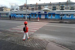 В Киеве возле переходов появились яркие фигурки школьников