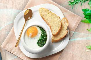 Яйца, запеченные с зеленью петрушки