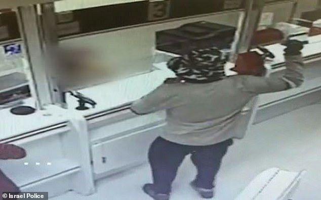 В Ізраїлі чоловік видав авокадо з гранату і пограбував два банки