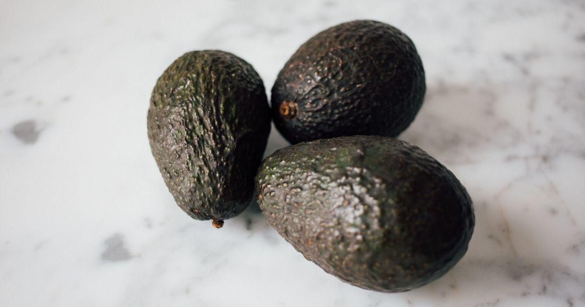 В Израиле мужчина выдал авокадо за гранату и ограбил два банка