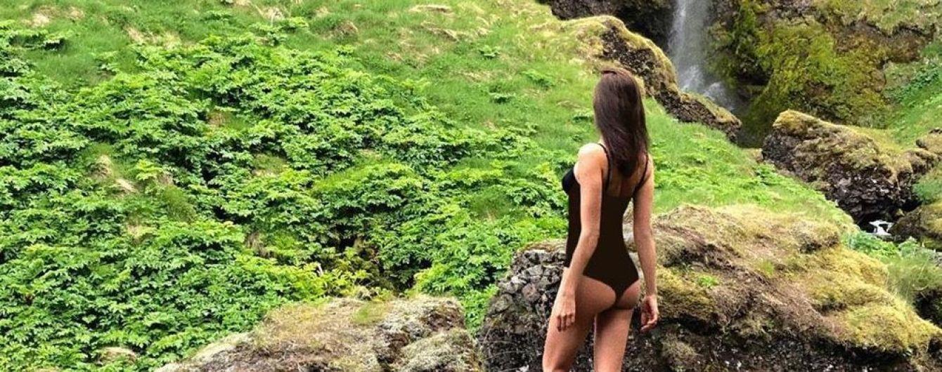 Все внимание на ягодицы: Ирина Шейк в купальнике позировала у водопада