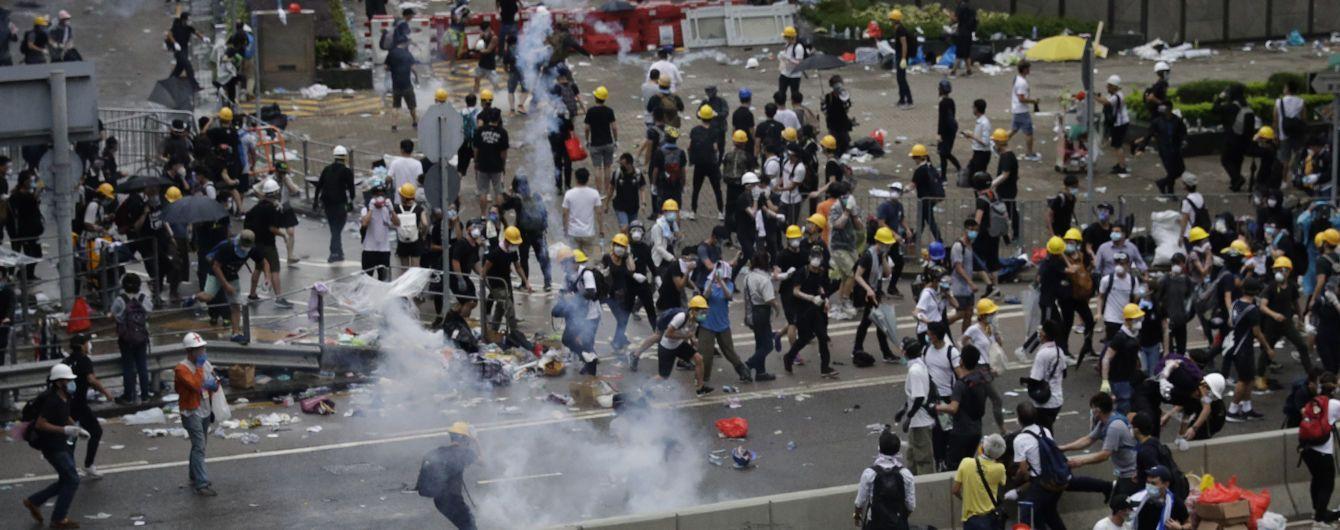 Гонконг охватили массовые акции протеста: активисты блокируют правительственное здание, полиция применила слезоточивый газ