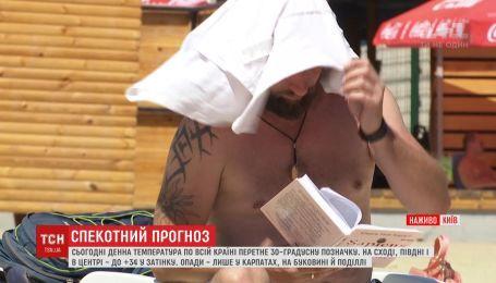 В столице установили специальные рамки с распылением воды, чтобы охладить в жару киевлян