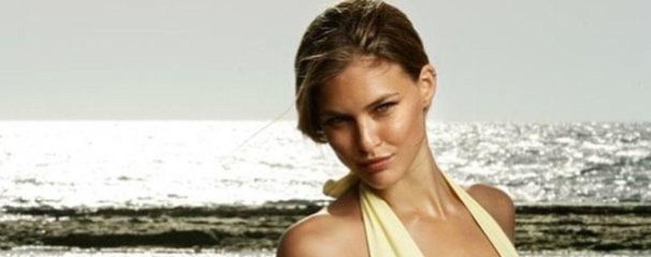 С красивым декольте: Бар Рафаэли в купальнике позировала на берегу моря