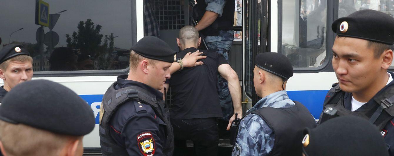 Задержанный в РФ во время акции украинец покинул суд, ушел от копа и просто поехал домой