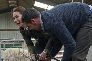 Кейт Миддлтон получила копытом в ногу, пока стригла овцу