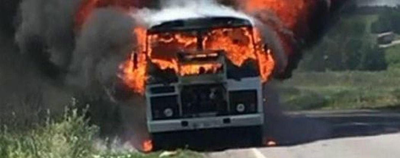 На Полтавщине на трассе во время движения загорелся автобус с пассажирами