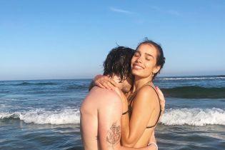 В бикини и объятиях Бекхэма: Хана Кросс поделилась пляжным снимком