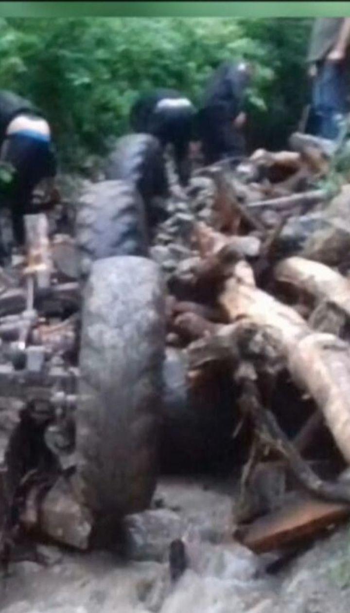 Трагедія через негоду: На Закарпатті з гори у річку злетіла вантажівка з людьми