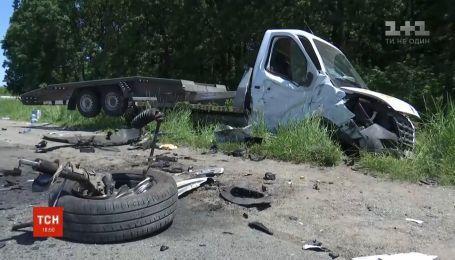 """На трассе """"Киев-Одесса"""" столкнулись эвакуатор с пассажирским микроавтобусом"""
