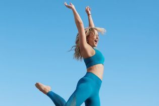 У короткому топі і лосинах: спортивна Кейт Хадсон показала свою післяпологову форму