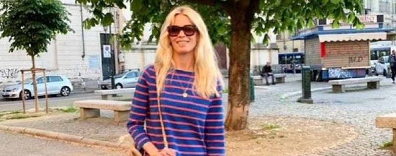 У смугастій кофті і з плетеною сумкою: повсякденний образ супермоделі Клаудії Шиффер