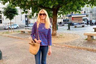 В полосатой кофте и с плетеной сумкой: повседневный образ супермодели Клаудии Шиффер