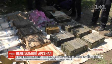 Во дворе у селянина нашли сотни гранат, десятки гранатометов и ящики патронов