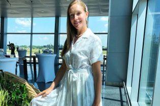 У білій сукні та кедах: Катя Осадча продемонструвала стильний аутфіт