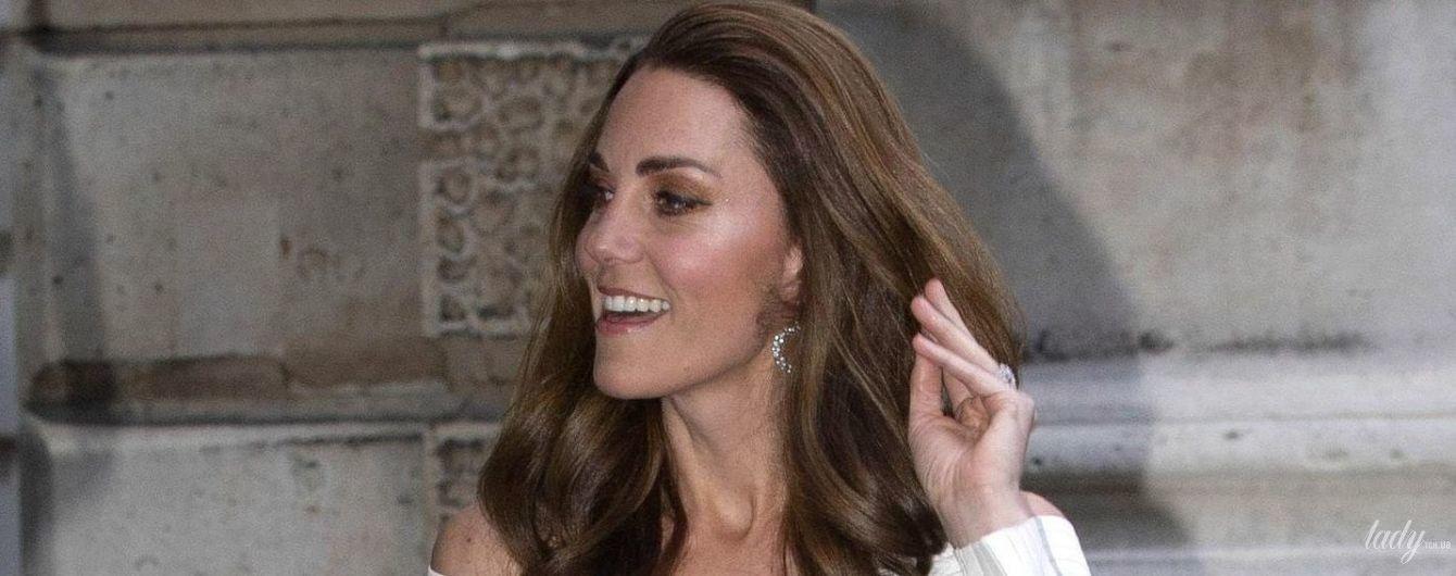 Ослепительно красива: герцогиня Кембриджская в белом платье с открытыми плечами посетила гала-ужин