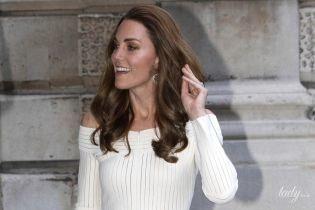 Сліпучо красива: герцогиня Кембриджська в білій сукні з відкритими плечима відвідала гала-вечір