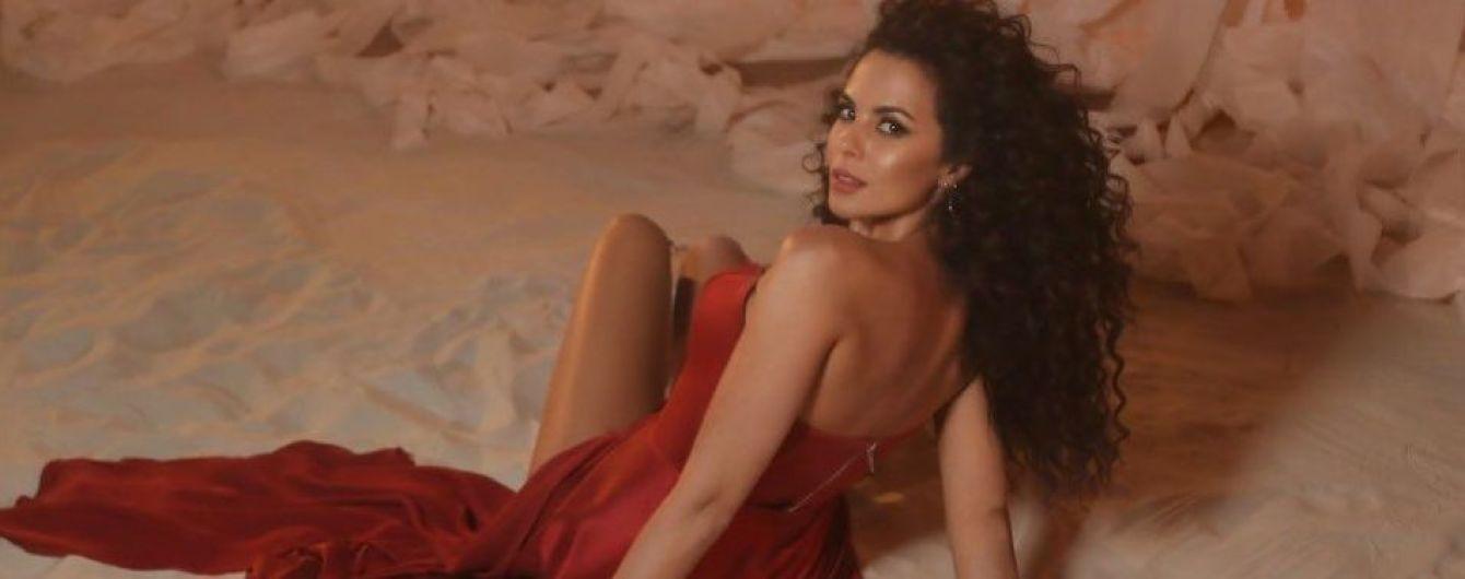 В платье с корсетом: Настя Каменских в эффектном образе позировала на песке