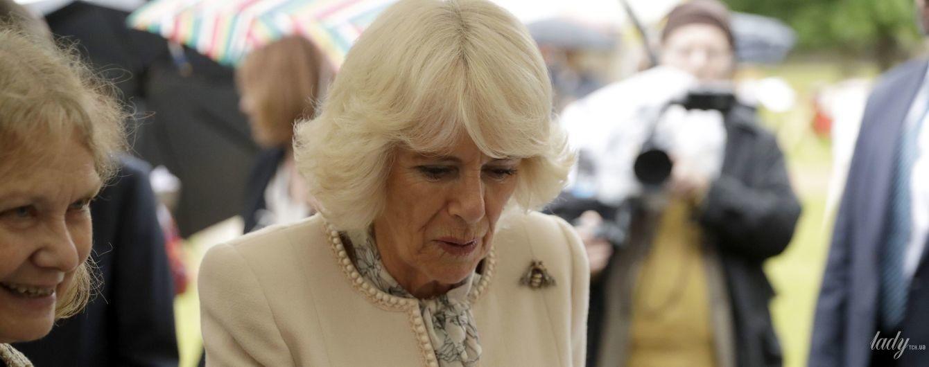 В красивом пальто и с пчелой на груди: герцогиня Корнуольская на светском мероприятии