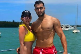В желтом купальнике и с возлюбленным: Бритни Спирс отдыхает в Майами